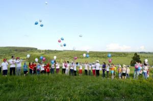 Запуск шаров цвета российского триколора