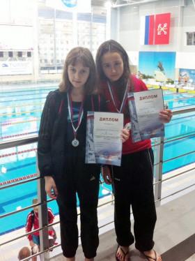 Призеры на дистанции 50 м на спине Екатерина Добровольская и Анна Халевская